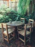 Φλυτζάνι καφέ καυτό στον πίνακα και την καρέκλα καφέδων στοκ φωτογραφία