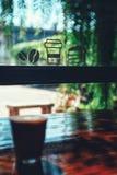 Φλυτζάνι καφέ καυτό στον καφέ στοκ φωτογραφία με δικαίωμα ελεύθερης χρήσης