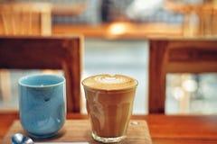 Φλυτζάνι καφέ καυτό στον καφέ στοκ φωτογραφία