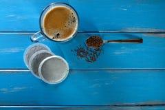 Φλυτζάνι καφέ με ένα κουτάλι του στιγμιαίου καφέ και των λοβών καφέ Στοκ φωτογραφία με δικαίωμα ελεύθερης χρήσης