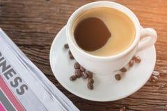 Φλυτζάνι καφέ με τα φασόλια καφέ και τα φύλλα καφέ Στοκ Εικόνες