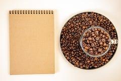 Φλυτζάνι καφέ με τα ψημένα φασόλια r στοκ εικόνα με δικαίωμα ελεύθερης χρήσης