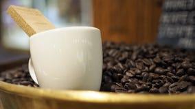 Φλυτζάνι καφέ με την ψημένη κινηματογράφηση σε πρώτο πλάνο φασολιών καφέ στοκ εικόνες