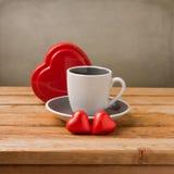 Φλυτζάνι καφέ με τη σοκολάτα μορφής καρδιών Στοκ Εικόνες