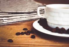Φλυτζάνι καφέ με το έγγραφο φασολιών καφέ και ειδήσεων Στοκ Εικόνα