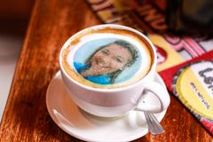 Φλυτζάνι καφέ με το τυπωμένο πρόσωπο στον αφρό Στοκ φωτογραφία με δικαίωμα ελεύθερης χρήσης