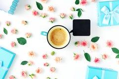 Φλυτζάνι καφέ, μπλε συλλογή κιβωτίων δώρων, ρόδινα τριαντάφυλλα Επίπεδος βάλτε Στοκ εικόνα με δικαίωμα ελεύθερης χρήσης