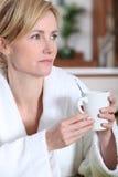 φλυτζάνι καφέ που έχει τη γυναίκα Στοκ Εικόνες