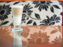Φλυτζάνι καφέ στη καφετερία στοκ εικόνα