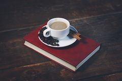 Φλυτζάνι καφέ στο βιβλίο στοκ φωτογραφίες με δικαίωμα ελεύθερης χρήσης
