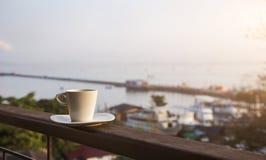 Φλυτζάνι καφέ στο μπαλκόνι πρωινού Στοκ Εικόνα