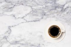 Φλυτζάνι καφέ, τοπ άποψη του φλυτζανιού καφέ στο μαρμάρινο επιτραπέζιο υπόβαθρο στοκ εικόνες