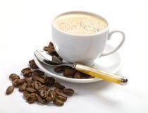 Φλυτζάνι καφέ. Φασόλια καφέ στο wite Στοκ φωτογραφία με δικαίωμα ελεύθερης χρήσης