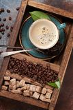 Φλυτζάνι καφέ, ψημένα φασόλια και καφετιά ζάχαρη στοκ φωτογραφίες