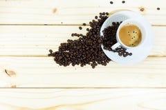 Φλυτζάνι καφέ Espresso και φασόλια καφέ στον ξύλινο πίνακα Στοκ φωτογραφία με δικαίωμα ελεύθερης χρήσης