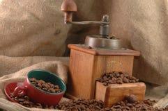 φλυτζάνι καφέ grinderwith αναδρομι&ka Στοκ εικόνες με δικαίωμα ελεύθερης χρήσης