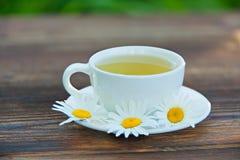 Φλυτζάνι κρυστάλλου με το πράσινο τσάι στον πίνακα Στοκ Εικόνα