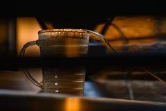 Φλυτζάνι με το νόστιμο καφέ στο ξύλινο αγροτικό υπόβαθρο στοκ φωτογραφίες με δικαίωμα ελεύθερης χρήσης