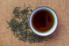 Φλυτζάνι με το τσάι και teapot, χαλαρό τσάι στοκ φωτογραφία