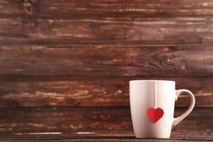 Φλυτζάνι με teabag και την καρδιά στοκ φωτογραφία