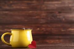 Φλυτζάνι με teabag και την κόκκινη καρδιά στοκ φωτογραφία με δικαίωμα ελεύθερης χρήσης
