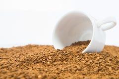 Φλυτζάνι στο σωρό των σιταριών στιγμιαίου καφέ στο άσπρο υπόβαθρο στοκ εικόνα με δικαίωμα ελεύθερης χρήσης