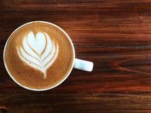 Φλυτζάνι της αγάπης, καφές τέχνης καρδιών latte στο άσπρο φλυτζάνι στον τρύγο ξύλινο Στοκ Φωτογραφίες