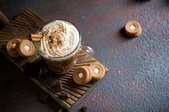 Φλυτζάνι της καυτής σοκολάτας με την κτυπημένη κρέμα στην κορυφή και το χειμερινό ντεκόρ Παραδοσιακό ποτό για τις διακοπές φθινοπ στοκ εικόνες με δικαίωμα ελεύθερης χρήσης