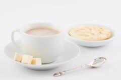 Φλυτζάνι της καυτής σοκολάτας με το τυρί και το arepa Στοκ Εικόνες