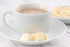 Φλυτζάνι της καυτής σοκολάτας με το τυρί και το arepa Στοκ Φωτογραφία