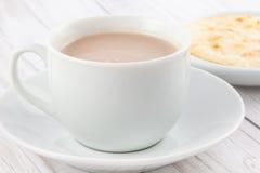 Φλυτζάνι της καυτής σοκολάτας με το arepa Στοκ φωτογραφίες με δικαίωμα ελεύθερης χρήσης