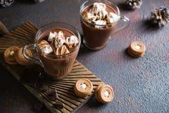 Φλυτζάνι της καυτής σοκολάτας με marshmallows στην κορυφή και το χειμερινό ντεκόρ Παραδοσιακό ποτό για τις διακοπές φθινοπώρου ή  στοκ εικόνα με δικαίωμα ελεύθερης χρήσης