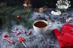 Φλυτζάνι της καυτού σοκολάτας ή του κακάου και ποικιλία των γλυκών καραμελών Χριστουγέννων Στοκ εικόνες με δικαίωμα ελεύθερης χρήσης