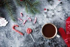 Φλυτζάνι της καυτού σοκολάτας ή του κακάου και ποικιλία των γλυκών καραμελών Χριστουγέννων Στοκ Φωτογραφίες