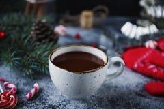 Φλυτζάνι της καυτού σοκολάτας ή του κακάου και ποικιλία των γλυκών καραμελών Χριστουγέννων Στοκ Φωτογραφία