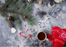 Φλυτζάνι της καυτού σοκολάτας ή του κακάου και ποικιλία των γλυκών καραμελών Χριστουγέννων Στοκ Εικόνες