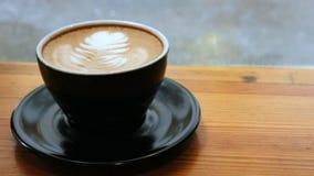 Φλυτζάνι της κινηματογράφησης σε πρώτο πλάνο latte ακόμα απόθεμα βίντεο