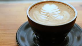 Φλυτζάνι της παν κινηματογράφησης σε πρώτο πλάνο latte απόθεμα βίντεο