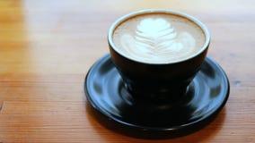 Φλυτζάνι της παν μέσης κινηματογράφησης σε πρώτο πλάνο latte απόθεμα βίντεο