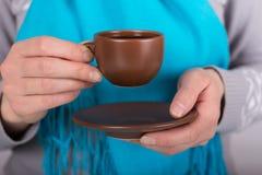Φλυτζάνι του ευώδους καφέ πρωινού στα χέρια της γυναίκας στοκ φωτογραφία με δικαίωμα ελεύθερης χρήσης