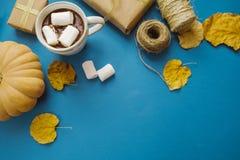 Φλυτζάνι του καυτού κακάου με marshmallows, δώρα, έγγραφο συσκευασίας, ξηρό LE Στοκ Εικόνες