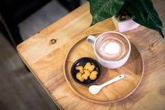 Φλυτζάνι του καυτού καφέ κακάου ή latte διακοσμημένος με το γάλα εμπρός στοκ εικόνες
