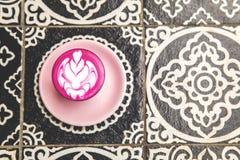 Φλυτζάνι του καυτού καφέ παντζαριών latte στο πάτωμα υποβάθρου τέχνης Στοκ φωτογραφία με δικαίωμα ελεύθερης χρήσης