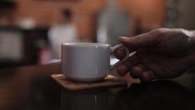 Φλυτζάνι του καυτού καφέ Espresso Καφές ή τσάι Καφετί φλυτζάνι του καυτού ποτού με τον ατμό Κινηματογράφηση σε πρώτο πλάνο καφέ E φιλμ μικρού μήκους
