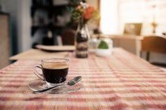 Φλυτζάνι του καυτού καφέ espresso στον ξύλινο πίνακα Στοκ φωτογραφίες με δικαίωμα ελεύθερης χρήσης
