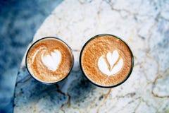 Φλυτζάνι του καυτού καφέ latte στο μαρμάρινο επιτραπέζιο υπόβαθρο Στοκ εικόνες με δικαίωμα ελεύθερης χρήσης