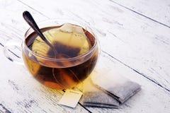 Φλυτζάνι του καυτού τσαγιού με teabag Το φλυτζάνι είναι από το σαφές γυαλί στοκ φωτογραφίες με δικαίωμα ελεύθερης χρήσης