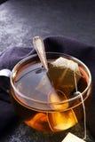 Φλυτζάνι του καυτού τσαγιού με teabag Το φλυτζάνι είναι από το σαφές γυαλί στοκ εικόνα με δικαίωμα ελεύθερης χρήσης