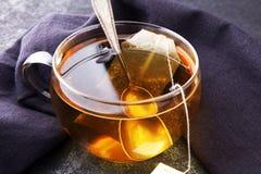Φλυτζάνι του καυτού τσαγιού με teabag Το φλυτζάνι είναι από το σαφές γυαλί στοκ εικόνες με δικαίωμα ελεύθερης χρήσης