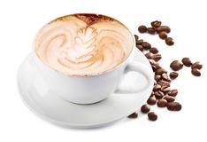 Φλυτζάνι του καφέ cappuccino και των φασολιών καφέ Άσπρη ανασκόπηση στοκ φωτογραφίες με δικαίωμα ελεύθερης χρήσης